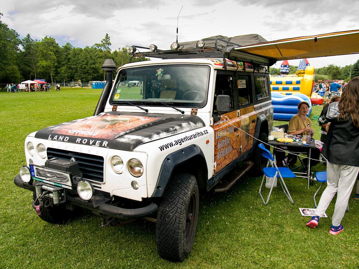 expediční vozidlo Land Rover Santana na zábavné akci jako rekvizita