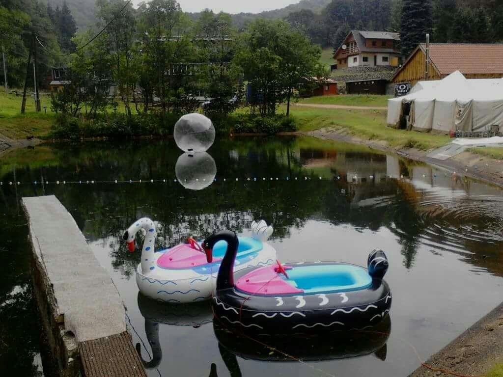Bumper Boats – lodičky s motorkem ve tvaru labutí – na přírodní vodní ploše