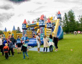 Městské slavnosti – atrakce skákací hrad, nafukovací skluzavka, shoď ho
